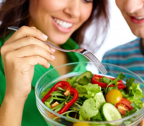 Femeie mananca sanatos, fibre, salate