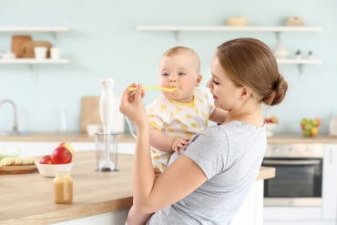bebelus hrait de mamica grijulie